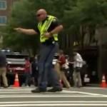 Как полицейский-регулировщик в танце движением управлял!