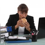 Никогда не ешьте за рабочим столом – это смертельно!