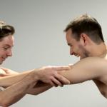 Лучшие друзья впервые видят друг друга полностью голыми!