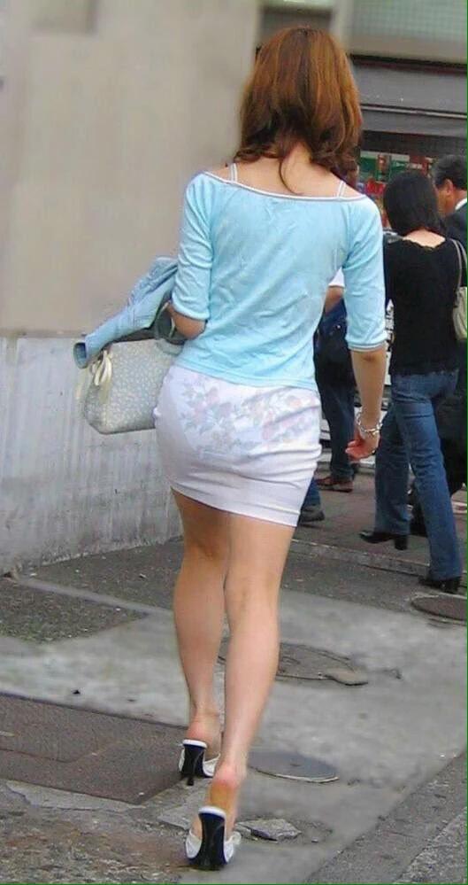 попки платья обтягивающиетрусики просвечивающие ножки апскирт